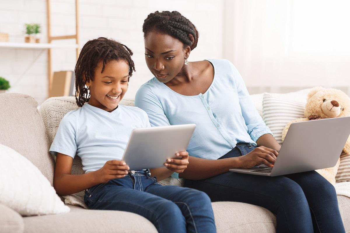 Manteniendo a Nuestros Niños Seguros en Línea